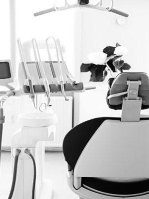 Tandlægestue med tandlægestol og tandredskaber